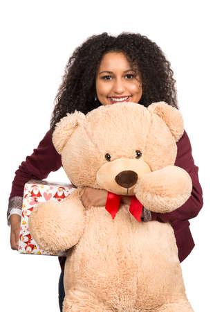 oso de peluche: Recorta la imagen de una mujer joven que sostiene un oso de peluche y un regalo de Navidad.