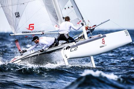 bateau voile: L'équipe navigue sur la Formule 18 course de catamaran internationalement Éditoriale