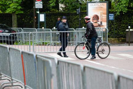 Sicherheit - Französisch Polizeikontrolle auf der Straße Standard-Bild - 58094528