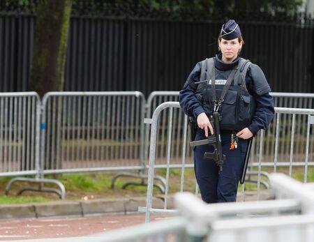 Sicherheit - Französisch Polizeikontrolle auf der Straße Standard-Bild - 58094542