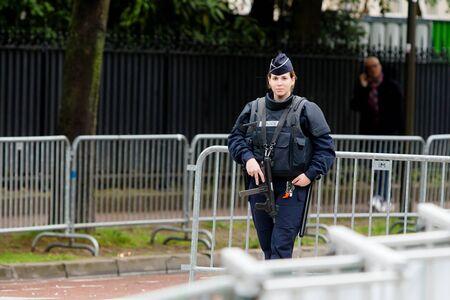 Sicherheit - Französisch Polizeikontrolle auf der Straße Standard-Bild - 58094546