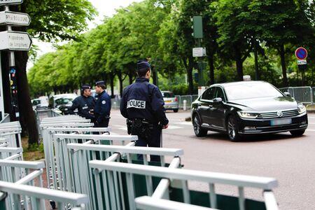Sicherheit - Französisch Polizeikontrolle auf der Straße Standard-Bild - 58094533