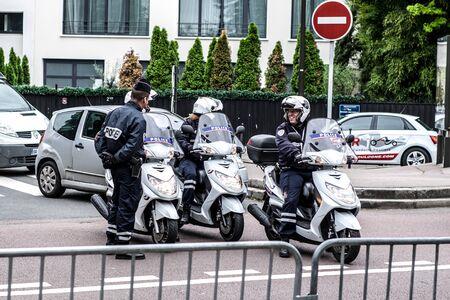 Sicherheit - Französisch Polizeikontrolle auf der Straße Standard-Bild - 58094547