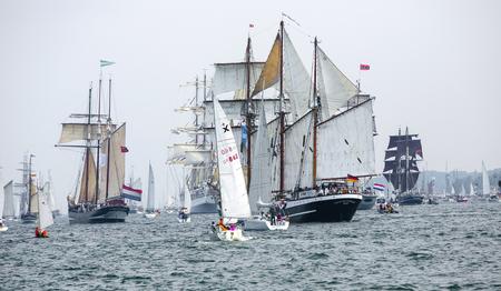 Größte Parade der Windjammer in der Welt während der Kieler Woche Standard-Bild - 58094543