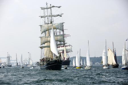 Größte Parade der Windjammer in der Welt während der Kieler Woche Standard-Bild - 58094545