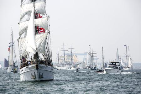 Größte Parade der Windjammer in der Welt während der Kieler Woche Standard-Bild - 58094540