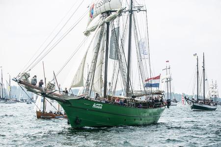 Größte Parade der Windjammer in der Welt während der Kieler Woche Standard-Bild - 58094571
