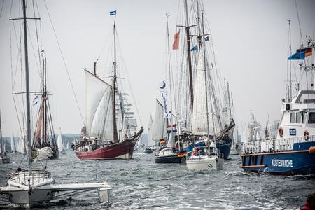 Größte Parade der Windjammer in der Welt während der Kieler Woche Standard-Bild - 58094574