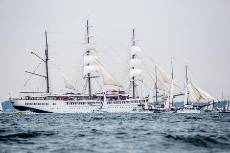 Größte Parade der Windjammer in der Welt während der Kieler Woche Standard-Bild - 58094575
