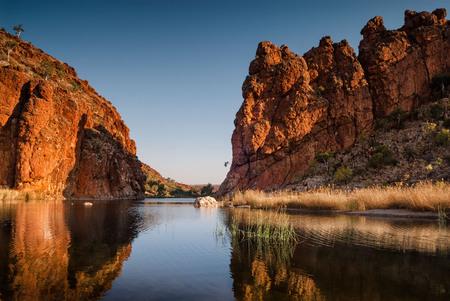 Reflejos de formaciones rocosas. West MacDonnell Ranges, Territorio del Norte Australia Central Foto de archivo - 76385885