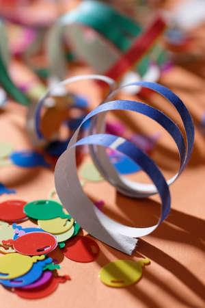 linten en confetti op het bureau voor de partij Stockfoto