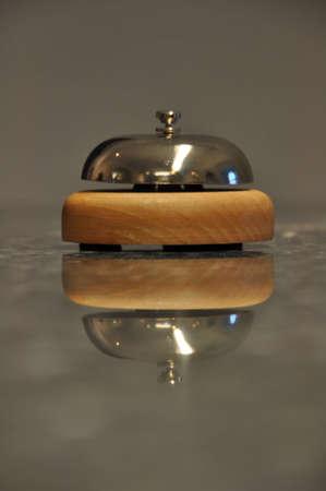 大理石のカウンターに大きな反射と共に、ホテルのフロントにあるサービス鐘の詳細ショット