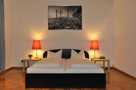 ビュー、広々 としたとモダンなホテルの部屋のダブルベッドとベッドサイド ランプ