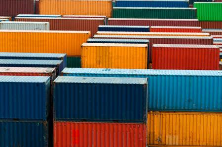 カラフルな貨物コンテナー