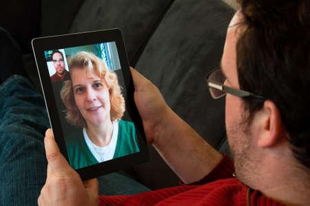 Video-Telefonie auf Digital Tablet PC Standard-Bild - 12595100