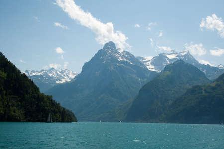 セーリング ボートや湖ルツェルン、スイス連邦共和国で美しい山のパノラマ 写真素材