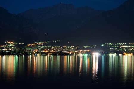 夜 Mandello デ ラーリオ湖コモで反対の海岸からの表示します。 写真素材