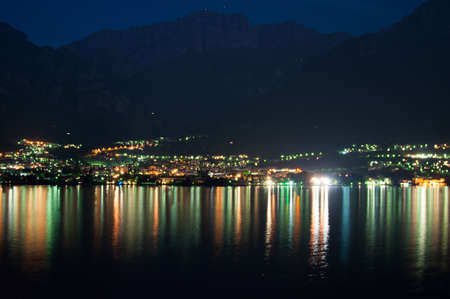 Blick auf Mandello Lario De von der gegenüberliegenden Küste am Comer See bei Nacht Standard-Bild - 14331450