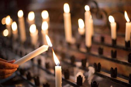 kerze: Frau zündet Gebet Kerze