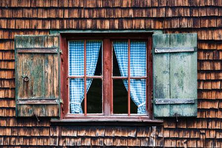 牧歌的なバイエルン ザ ゴッドレイ ホテル - カーテンと木製パネル ウィンドウ