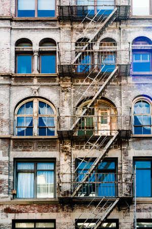 ニューヨークのダウンタウンの古い美しい家にはしごを火災します。