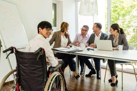 silla de ruedas: retrato de un hombre en silla de ruedas