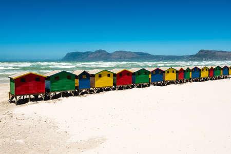 poblíž: Barevné plážové boudy u Muizenbergu nedaleko Kapského Města, Jižní Afrika Reklamní fotografie