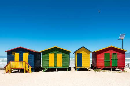 Bunte Strandhütten mit High-Tech-Solar-Panel in Muizenberg in der Nähe von Kapstadt, Südafrika Standard-Bild - 67884203