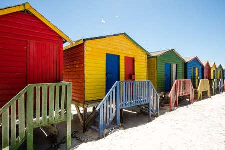 남아프리카 공화국 케이프 타운 근처 Muizenberg에서 다채로운 해변 오두막