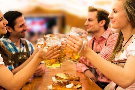 Couples s'amuser à l'Oktoberfest