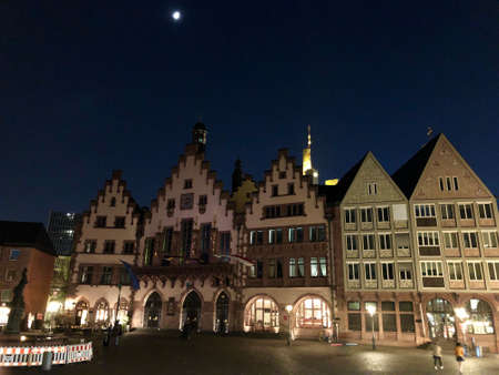 schöner Altstadtplatz in Frankfurt bei Nacht