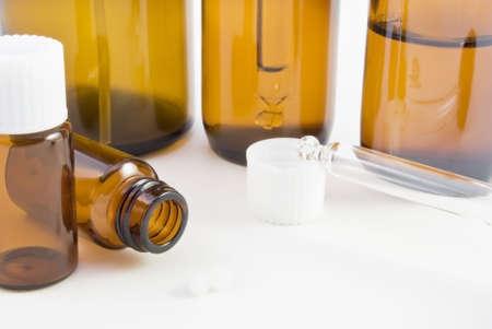 Une collection de bouteilles en verre ambré (spray, injecteur et pilule) et pillules utilisé en pharmacie homéopathique.  Banque d'images - 5830495