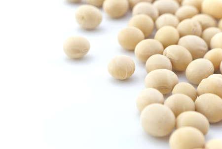 soja: Macro (Close-up) de habas de soja dispersos sobre derecho de marco con espacio en blanco de la copia a la izquierda.