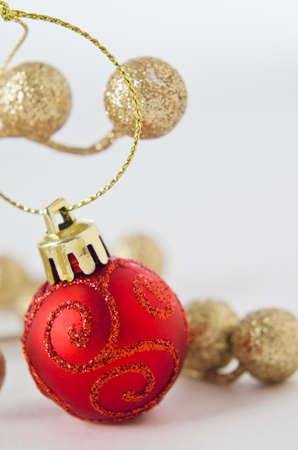 red glittery: Una pallina rossa fantasia, con palline scintillanti d'oro nel flou off-sfondo bianco.
