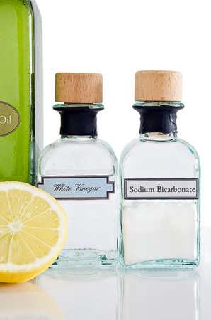 Non-toxique des produits de nettoyage de l'armoire de cuisine sur une surface brillante réfléchissante avec un fond blanc. Portrait (vertical).