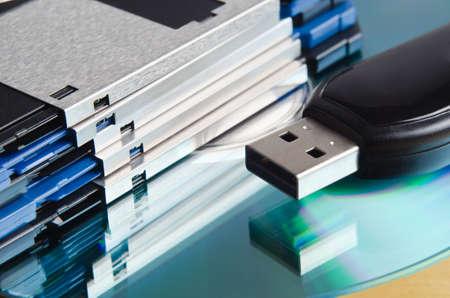 Gros plan (macro) d'une sélection de supports de stockage anciennes et nouvelles. Trois disques et un quart de pouce de disquettes, de CD-ROM ou une clé USB. Banque d'images