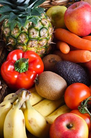 新鮮な果物や野菜の籐かごの選択のオーバーヘッドのショット。縦方向。 写真素材