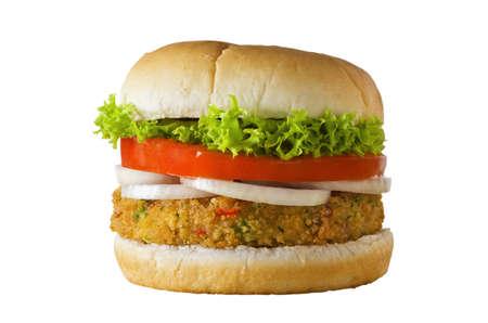 verduras: Un queso sin hamburguesa vegetariana a base de verduras y pan rallado, apilado con aros de cebolla, rebanada de tomate y lechuga rizada, en un bap. Aislado en blanco.