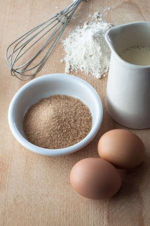 mleko: Pieczenia scena główna kuchnia z elementów i składników na desce do krojenia, nakręcony z punktu widzenia lekko podwyższonej.