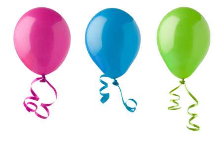Trois ballons de fête dans des couleurs lumineuses de rose, de bleu et de vert, à égalité avec virevoltant banderoles de ruban et isolés sur un fond blanc arrière-plan. Banque d'images