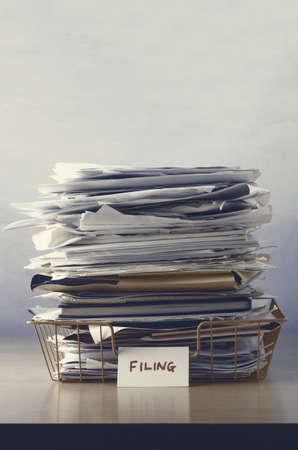 carpeta: Una bandeja con la etiqueta de presentación, apilado de papeles y carpetas, infrasaturados en tonos grises para triste, dystopianfeel.