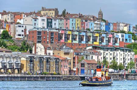 Bristol, Anglia, 1 czerwca 2014: widok na pływający port w kierunku kolorowej mieszanki starych i nowych domów po drugiej stronie Publikacyjne