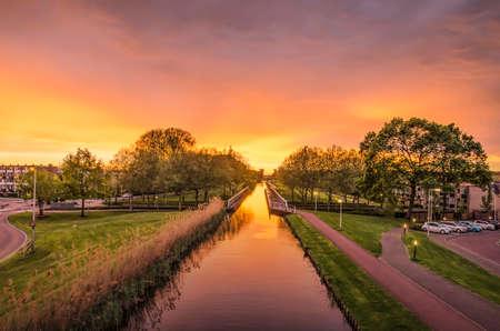 Spectacular sunset over the Ringvaart (ring canal) in the Rotterdam suburb of Nieuwerkerk aan den Ijssel Stockfoto