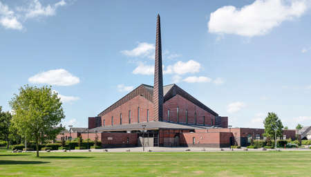 Genemuiden, The Netherlands, August 2, 2020: the large brick sculptural shape of the Jachin & Boaz church, completed in 2003, surrounded by a green park 新闻类图片