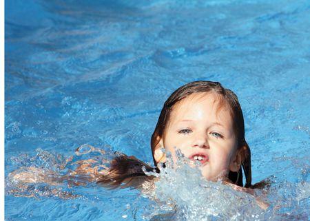 niño tratando de nadar sin ayuda