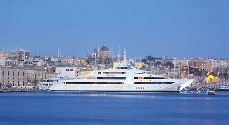 super yacht: un super yacht ormeggiato in un porto turistico a Malta Archivio Fotografico