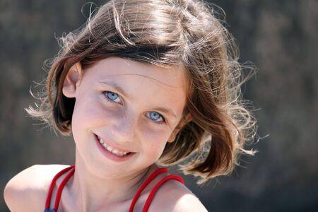 a bob: un retrato de una joven muchacha con ojos azules, sonriendo a la c�mara
