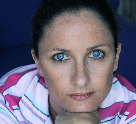 una bella femmina caucasica vedendo la fotocamera con gli occhi blu