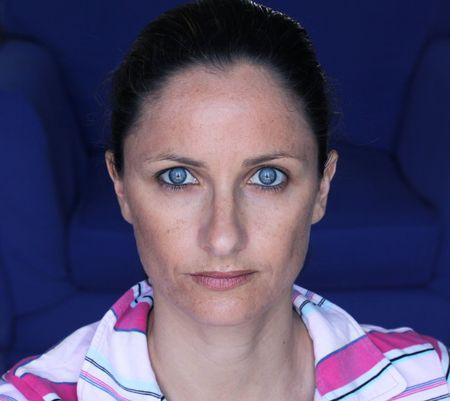 un ritratto femminile sorride con gli occhi blu