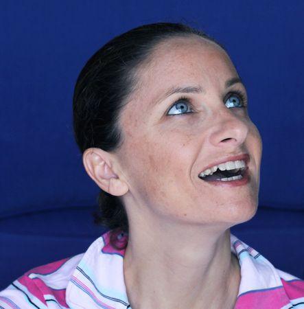 sonriente caucasian mujeres con ojos azules y la pigmentación de la piel Foto de archivo